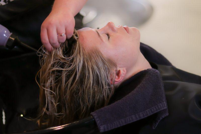 Soigner ses cheveux avec un shampoing bio